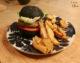 Burger aux lentilles, sauce Giant et potatoes chez OALI, atelier cuisine végétale à Liège