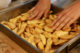 Préparation des potatoes lors de l'atelier de cuisine saine et végétale OALI à Liège